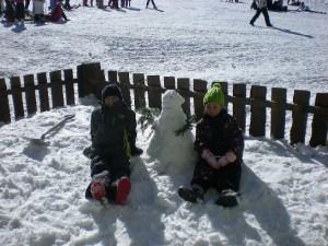 le bonhomme de neige en compagnie des enfants