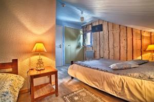 Chambre 25 mansardée avec petite fenêtre, salle de bain, 1 lit double et 1 lit simple