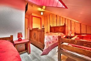 Chambre 27 mansardée avec vélux et sa salle de bain, 1 lit double et deux lits simples