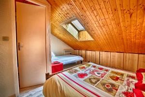 Chambre 24 mansardéeavec velux et salle de bain 1 lit double et 1 lit simple