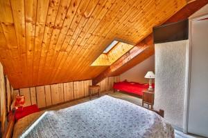 Chambre 23 mansardéeavec vélux et salle de bain 1 lit double et 1 lit simple