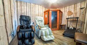 Salle de détente : sauna à infra-rouge, fauteuils massants, tapis de course